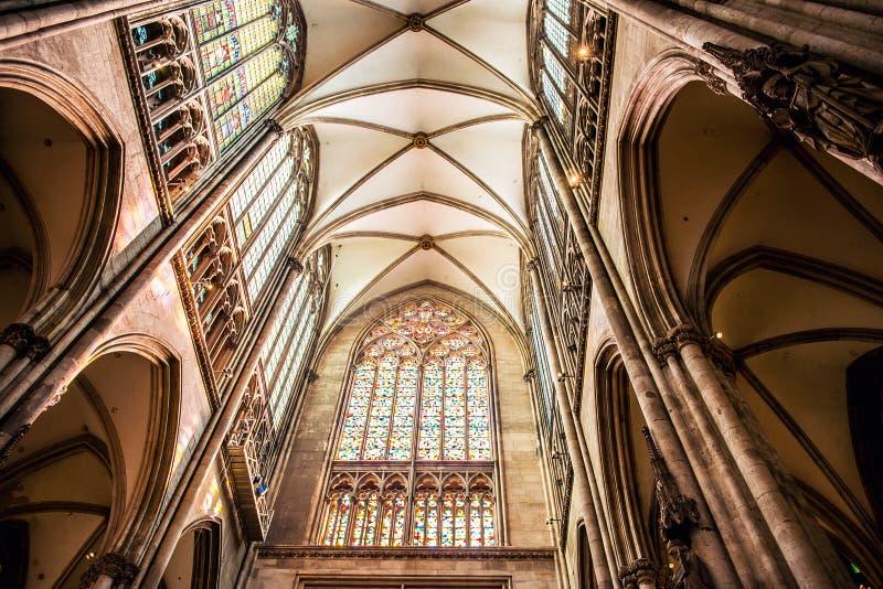 Innenraum von Köln-Kathedrale lizenzfreie stockbilder