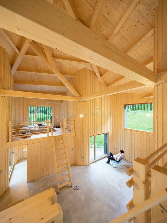 Innenraum von modrn Holzhaus stockfotografie