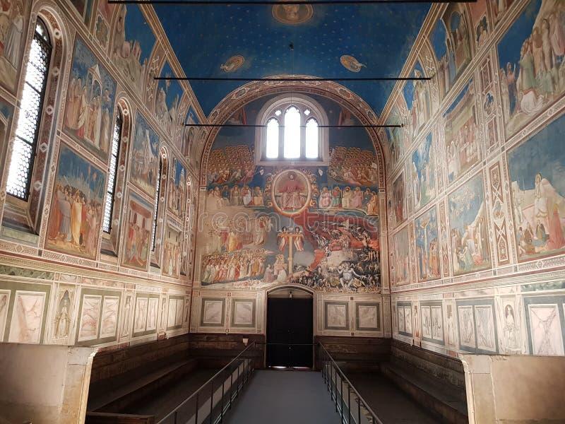 Innenraum von Scrovegni-Kapelle ohne Touristen in Padua-Stadt stockfotos