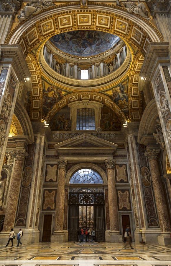 Innenraum von St- Peter` s Basilika lizenzfreies stockfoto