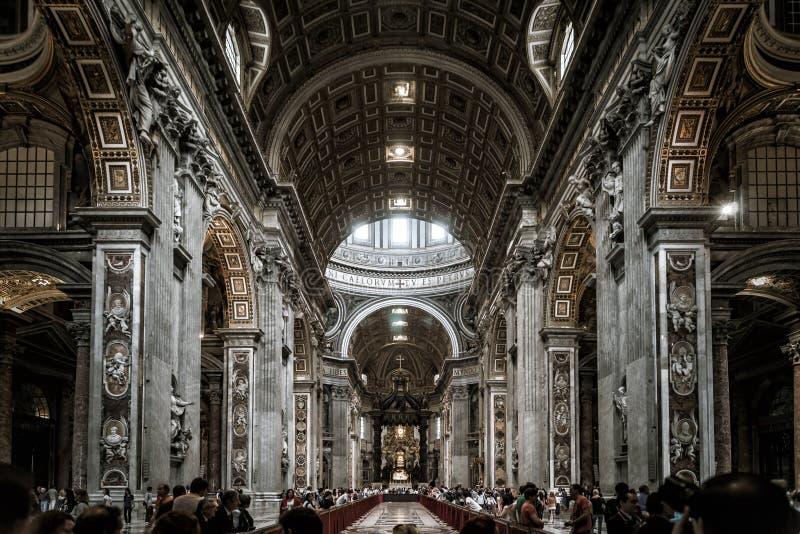 Innenraum von St- Peter` s Basilika in Vatikan, Rom, Italien stockfotos