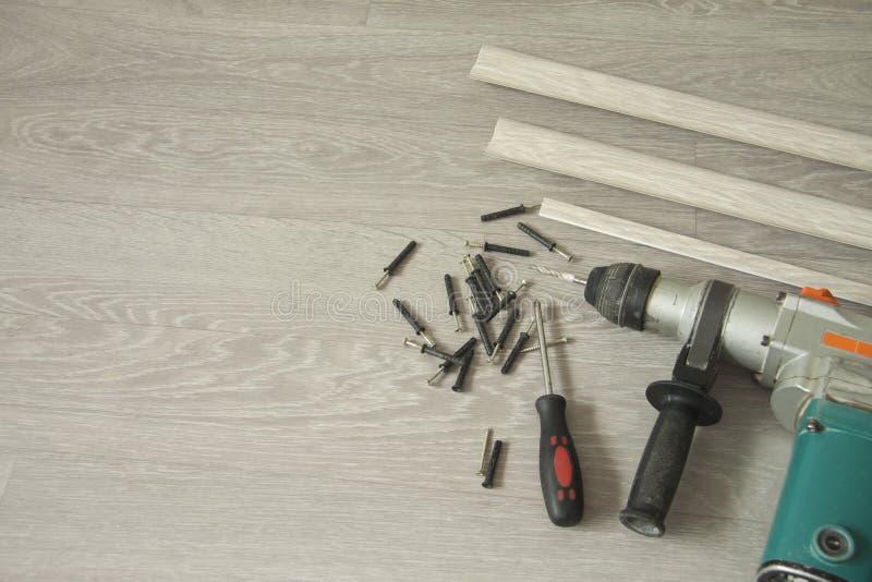 Innenreparatur Vorbereitung für Installation von Bodenfussleisten lizenzfreie stockbilder
