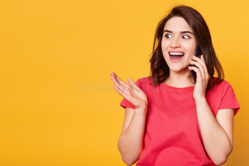 Innenschuß der netten Frau ihre Gedanken über Telefon, hörende Nachrichten teilend, das nette Gespräch habend und beiseite schaue lizenzfreies stockfoto