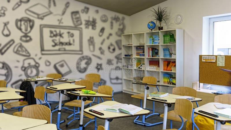 Innenschulklassenzimmer-Ausbildungsschreibtisch modern, zurück zu Schule stockfoto