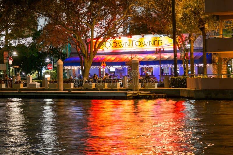Innenstadtbewohnerrestaurant in Ft Lauderdale nachts, Florida, USA stockfoto