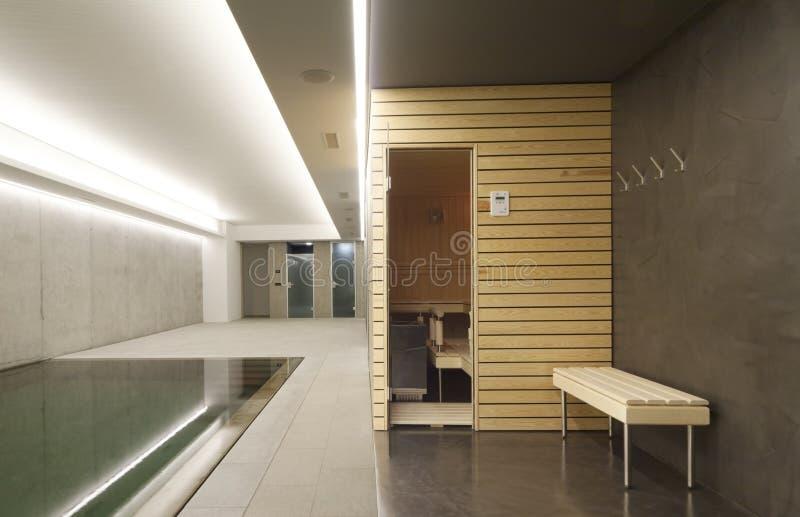 Innenswimmingpool mit Sauna stockfoto