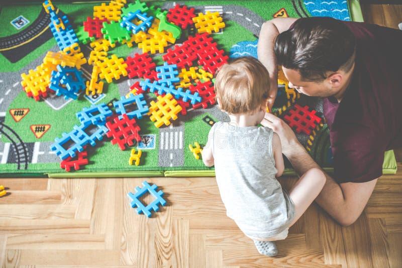 Innentätigkeitsspaß zu spielen, Vater und Sohn stockbild