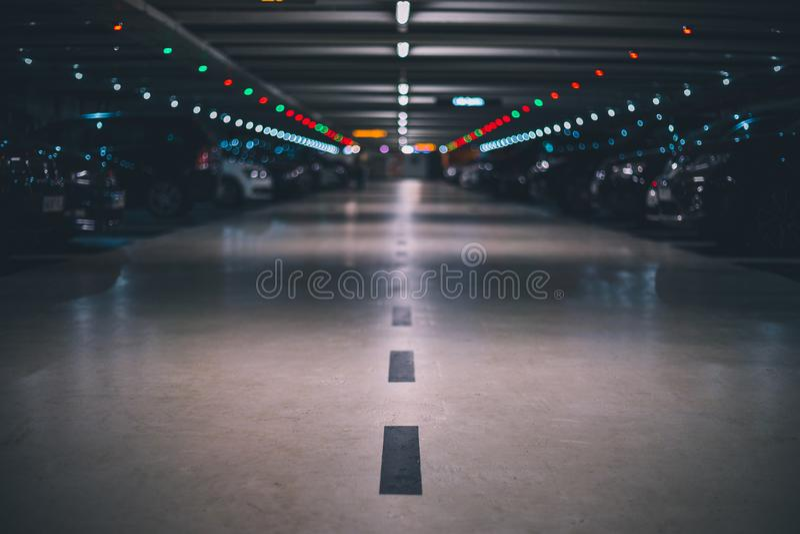 Innenuntertageparkplatz mit unscharfem Hintergrundflachschuss und -perspektive stockbild