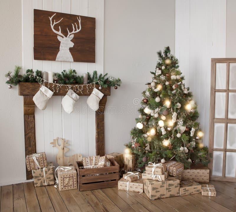 Innenwohnzimmer mit einem Weihnachtsbaum stockfoto