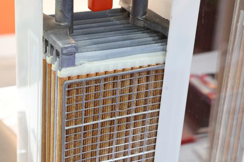 inner oder Querschnitt der industriellen Batterie stockfotos