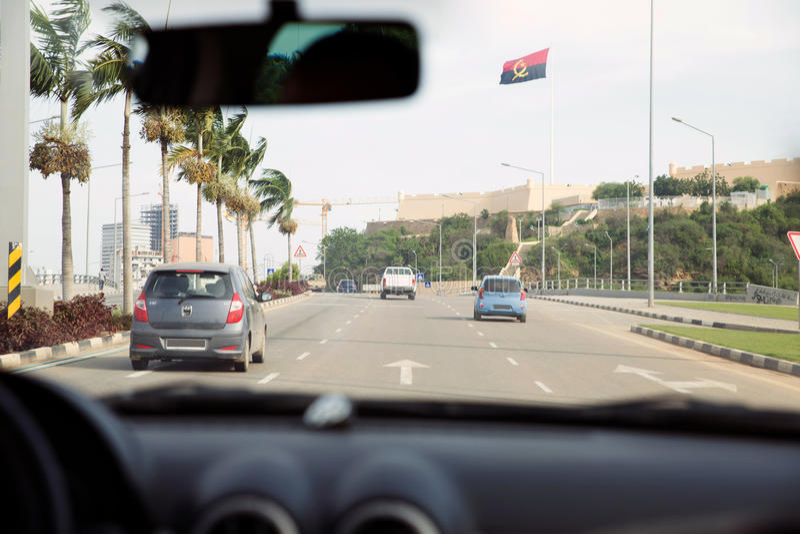 Innere Auto-Straßen-Ansicht - Luanda-Allee - Angola-Flagge ...