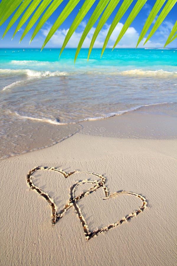 Innere in der Liebe geschrieben in karibischen Strandsand stockfotografie