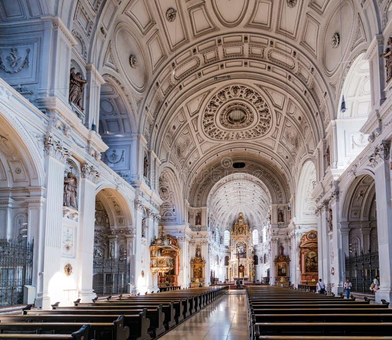 Innere einer Kirche stockbild