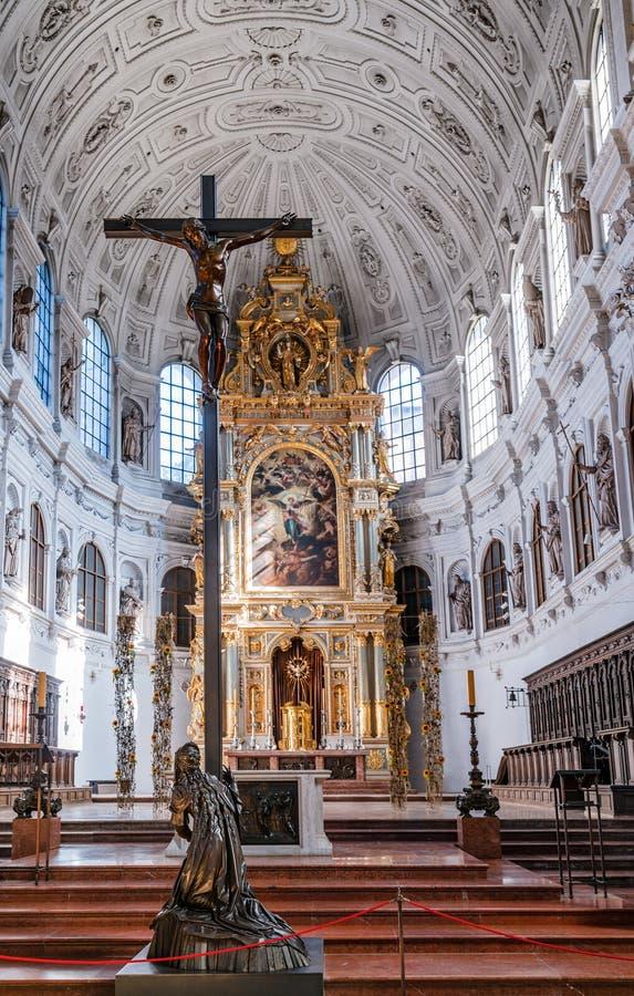 Innere einer Kirche stockfotos