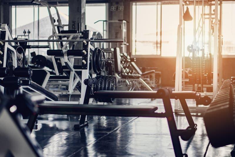 Innere Räume im Fitness- oder Fitnesscenter mit Geräten und Maschinen für den Aufbau stockfoto