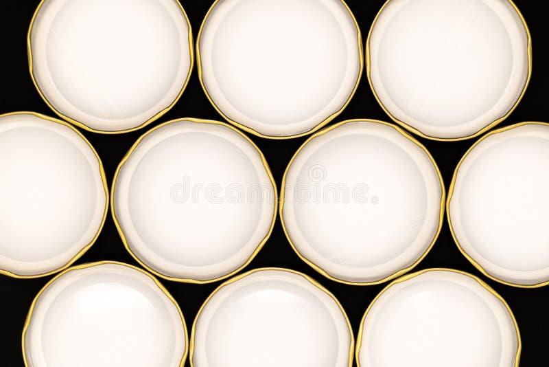 Innere Seite von goldenen Glasdeckeln auf schwarzem Hintergrund stockbild