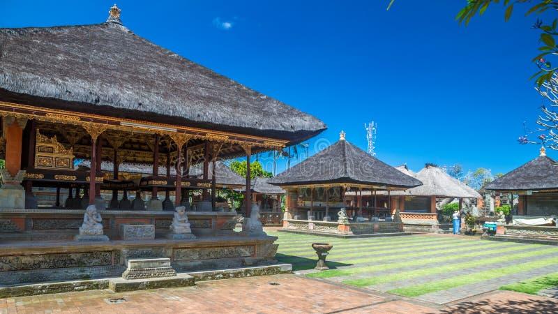 Innere Teile eines alten hindischen Tempels in Bali lizenzfreie stockbilder