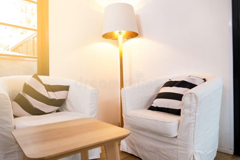 Innere weiße Stühle des Reinraumes zwei und weiße Lampe im Eckzimmer lizenzfreie stockfotos