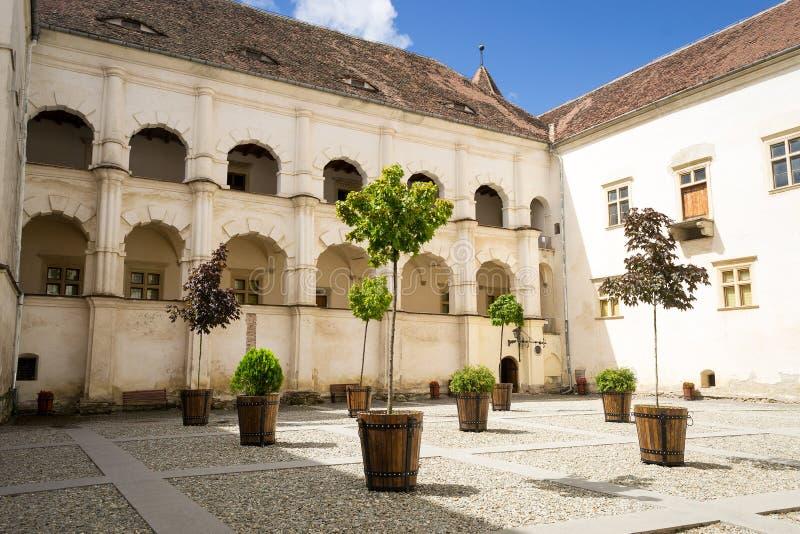 Innerer Hof der mittelalterlichen Festung Fagaras, Siebenbürgen, Rumänien stockfoto