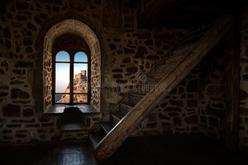 Innerer Innenraum im alten Schloss stockfotografie