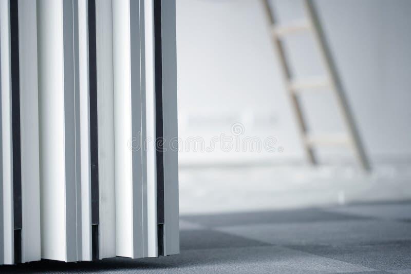 Innerer Raum von Bürogebäudereparaturen oder -reinigung stockbild
