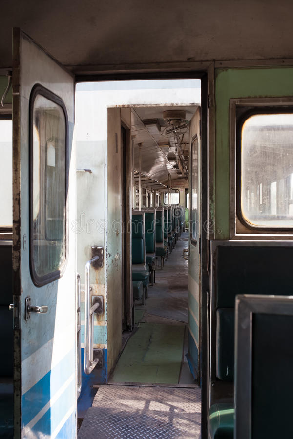 Gelber Stuhl Und Fenster Im Elektrischen Zug Stockbild