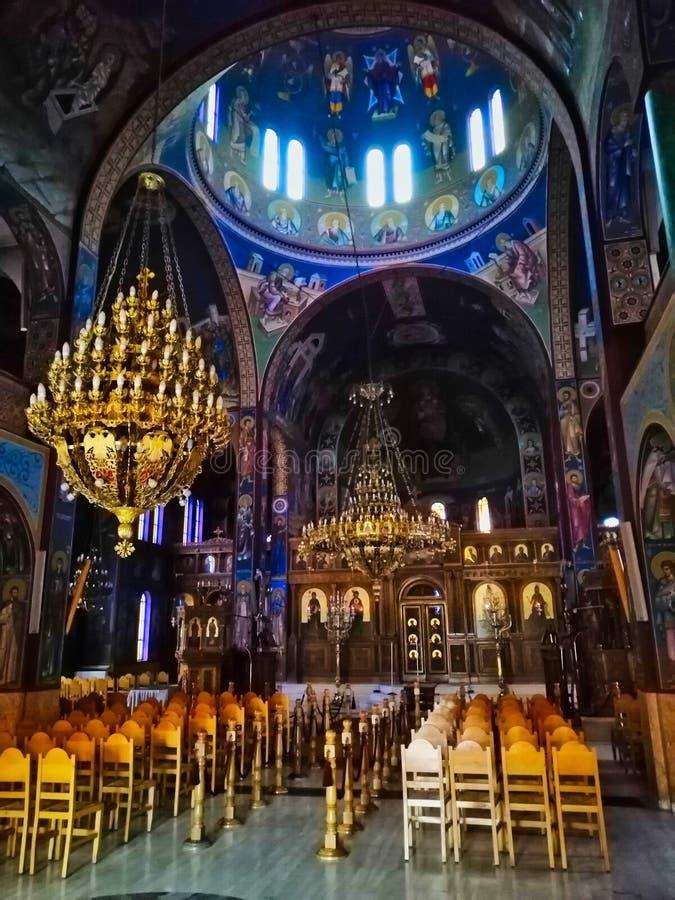 Inneres der griechisch-orthodoxen Kirche mit Sonnenschein durch Kuppel lizenzfreie stockfotos