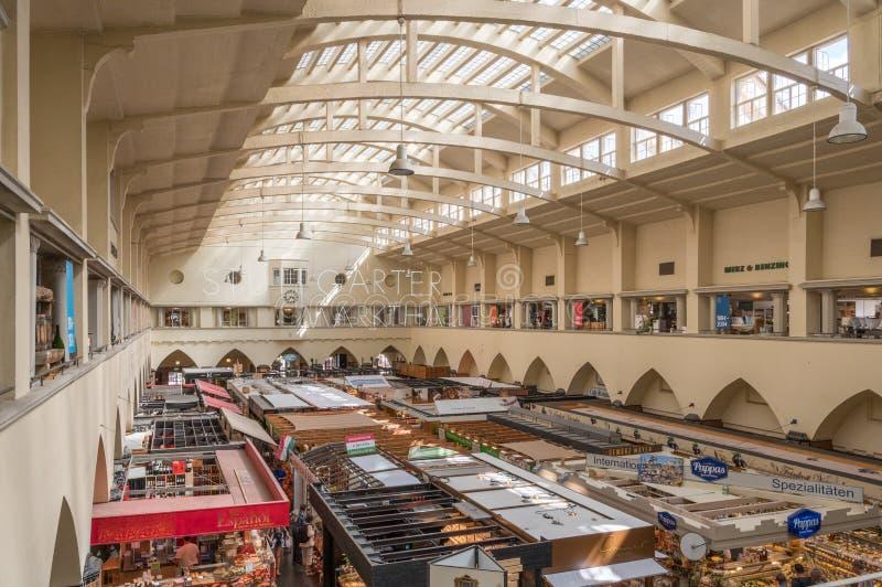 Inneres der Markthalle in Stuttgart, Deutschland stockbilder
