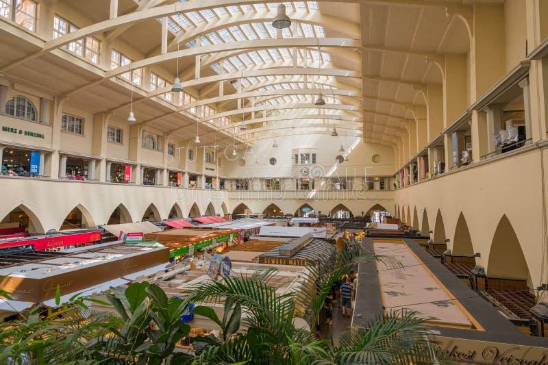 Inneres der Markthalle in Stuttgart, Deutschland stockbild