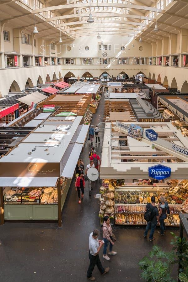 Inneres der Markthalle in Stuttgart, Deutschland stockfotos