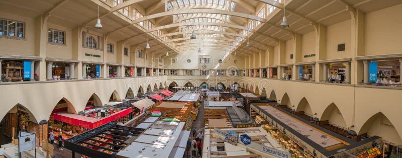Inneres der Markthalle in Stuttgart, Deutschland stockfoto