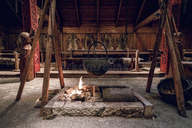Inneres des Vier-Sterne-Dorfes Kochtopf über dem Kamin lizenzfreie stockfotos