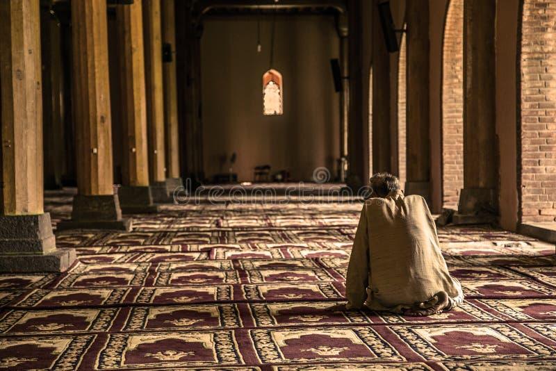 Inneres jama-masjid Moschee Srinagar-Gebet lizenzfreie stockbilder