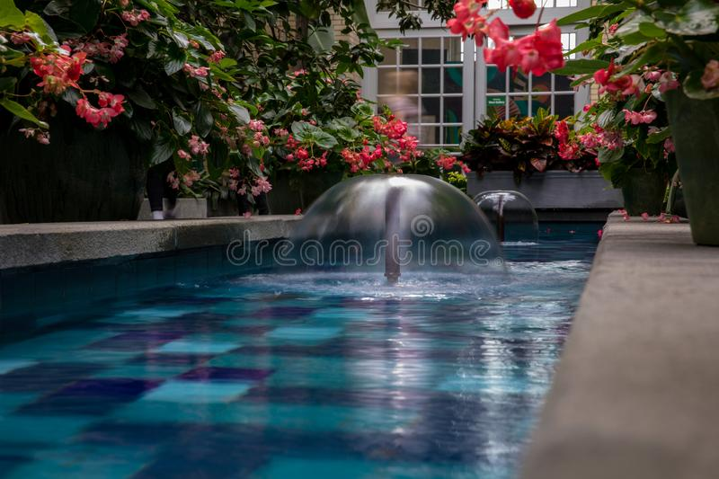 Inneres Pool des dekorativen Brunnens an einem Gartenpavillon stockfoto