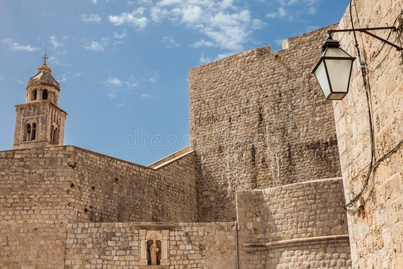 Inneres Teil von Ploce-Tor und von dominikanischem Klosterturm an Dubrovnik-W?nden stockfoto