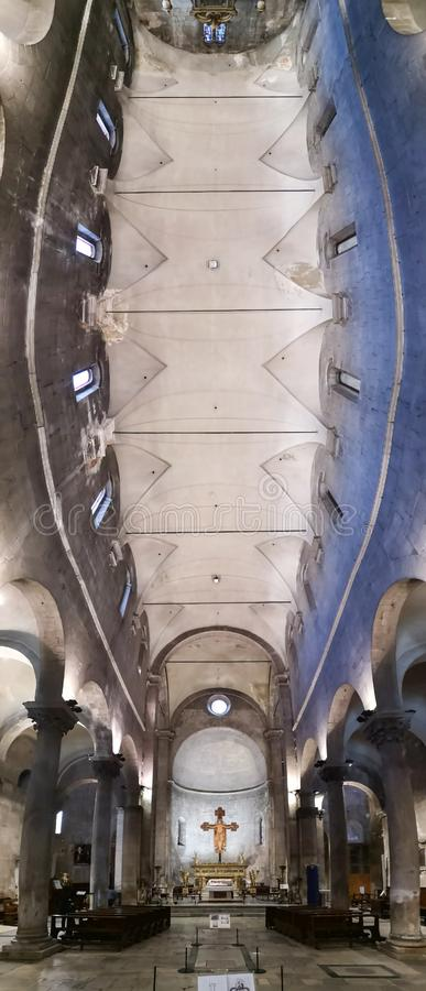 Innerhalb der Kirche Sans Frediano in Lucca, Italien lizenzfreie stockbilder