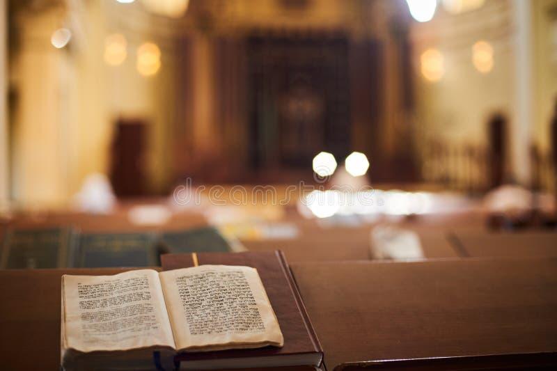 Innerhalb der orthodoxen Synagoge mit offenem Buch in der hebräischen Sprache im Vordergrund Selektiver Fokus lizenzfreie stockfotos