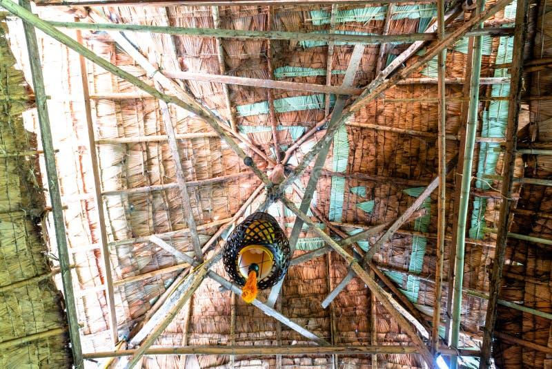 Innerhalb des Blickes des Dachs gemacht von getrockneten Palmblättern und von der Bambusstockstruktur stockfotografie