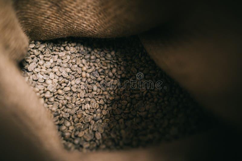 Innerhalb des Blickes gehen Bohnen im Juteleinwandsack ungebratene lizenzfreie stockfotos