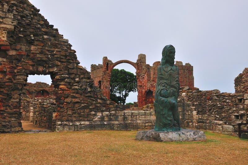 Innerhalb des Bodens eines ruinierten Klosters. lizenzfreie stockfotografie