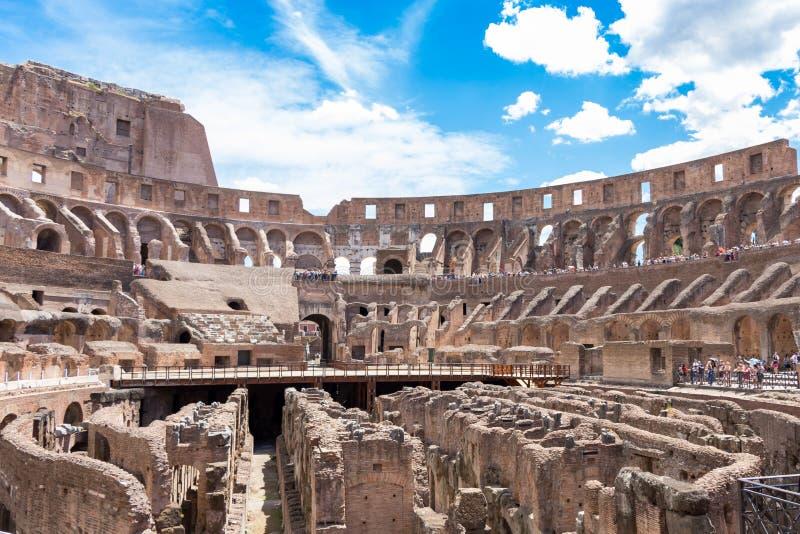 Innerhalb des Colosseum oder des Kolosseums im Sommer, Rom, Italien lizenzfreie stockbilder