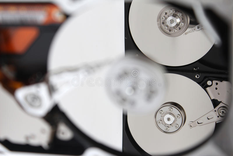 Innerhalb des geöffneten Festplattenlaufwerks (HDD) stockfotografie