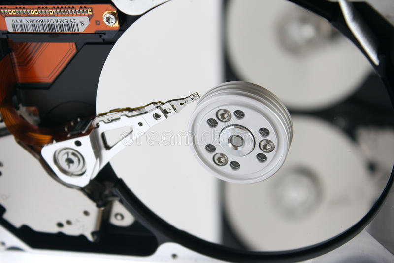 Innerhalb des geöffneten Festplattenlaufwerks (HDD) lizenzfreies stockbild