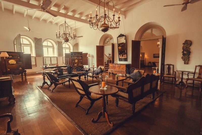Innerhalb des historischen Fünf-SterneBoutiquehotels mit Holzmöbel und Antiquitäten lizenzfreies stockfoto