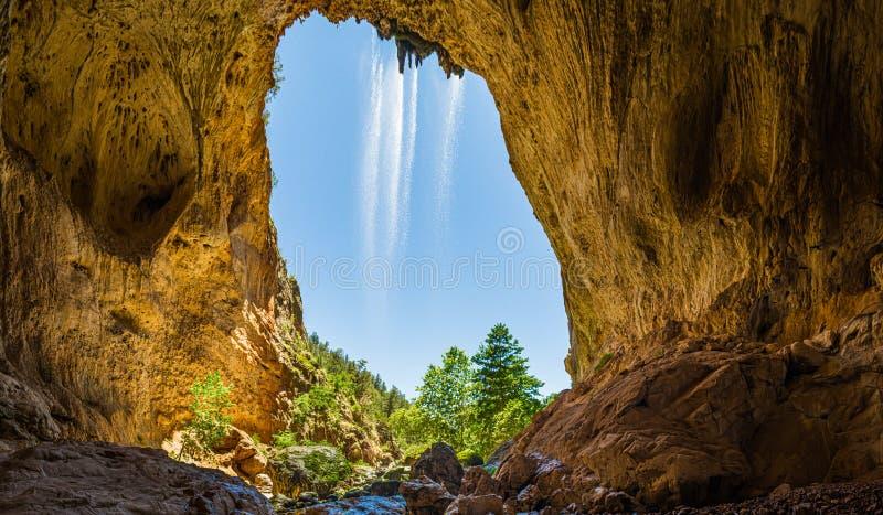 Innerhalb des natürlichen Brücken-Panoramas Tonto mit einem Wasserfall stockbilder