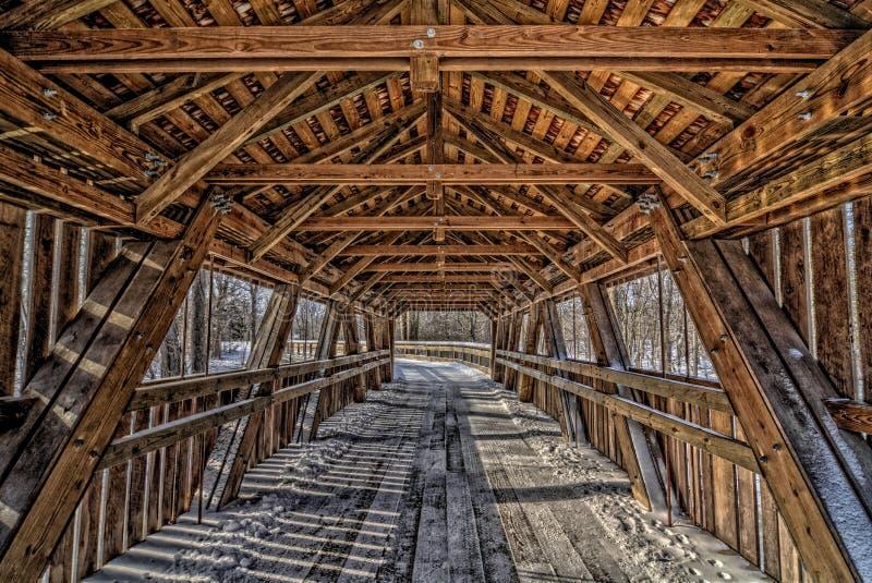 Innerhalb einer abgedeckten Brücke lizenzfreie stockfotos