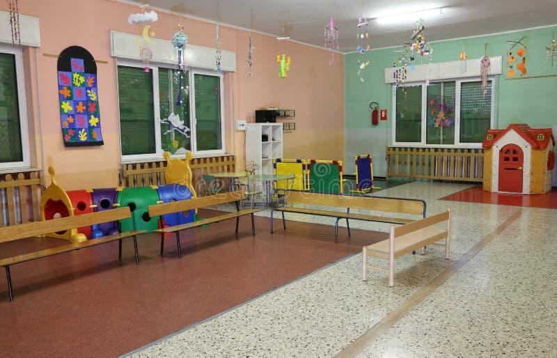 innerhalb einer Halle des Kindergartens lizenzfreie stockfotos