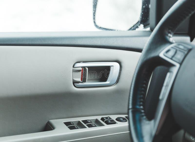 Innerhalb einer modernen Auto-Tür stockbild