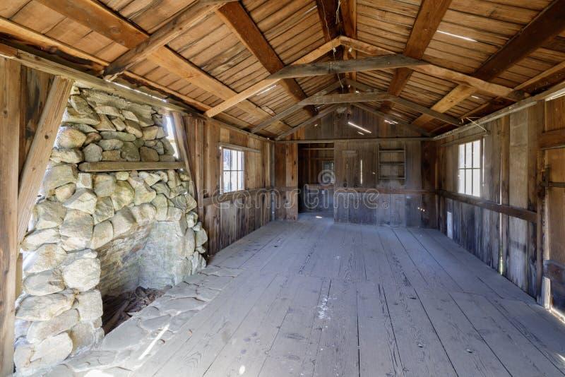 Innerhalb eines alten verlassenen Blockhauses in Wilder Ranch State Parks lizenzfreies stockfoto