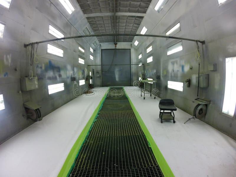 Innerhalb eines Flugzeugautomobilsprühfarbestandes stockfotos